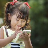 外食時に子供にスマホを渡すのは「教育の放棄」 長嶋一茂の主張に親たちが大反論