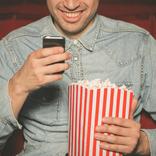映画館で他人のマナーが気になった経験は? 女性の半数以上が頭を抱えている傾向も