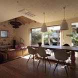 古材、擬石、テラコッタ…。個性豊かな素材と家具に囲まれて暮らす