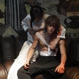 藤原竜也が窪田正孝の傷ついた肉体に包帯を巻き、血に染まる……ふたりの関係性を匂わす 映画『Diner ダイナー』場面写真