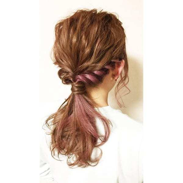 ツイストまとめ髪×ピンク