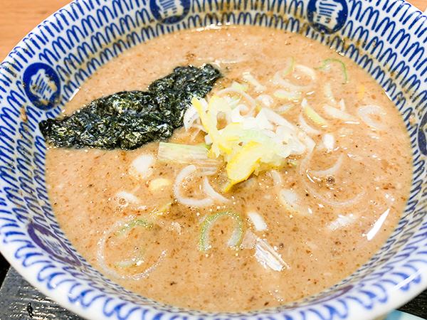 スープは魚介を使った濃厚なもの。