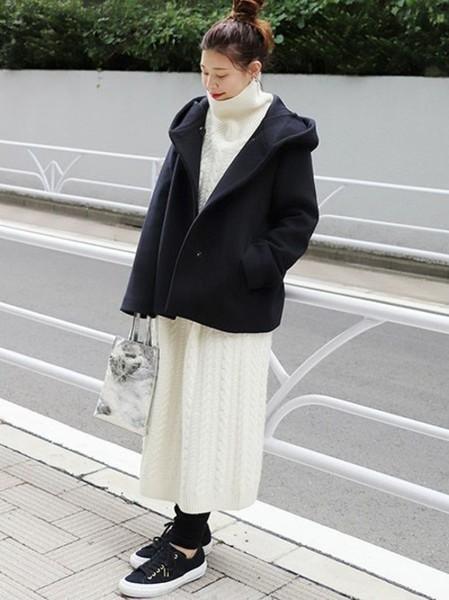 白×ネイビーが決め手のリラックススタイル
