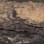 まるで巨大なパイ菓子。NASAの火星探査ローバー「キュリオシティ」が複雑な層の巨岩を発見