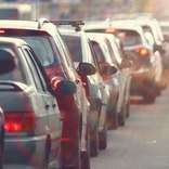 高速道路の自動車を襲う大渋滞での尿意 車内で用を足した人の割合は…