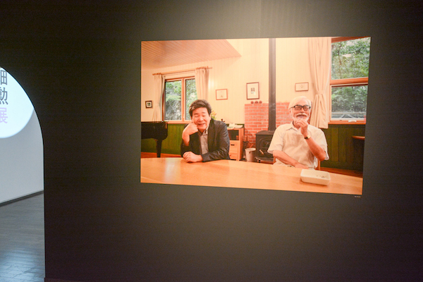 一枚の写真の中に収まる高畑勲(左)と宮崎駿(右) 撮影:篠山紀信