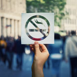 パリのカフェも次第に 禁煙の波に抗えず