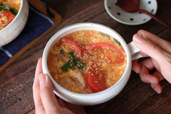 トマトとキムチのピリ辛かきたま汁