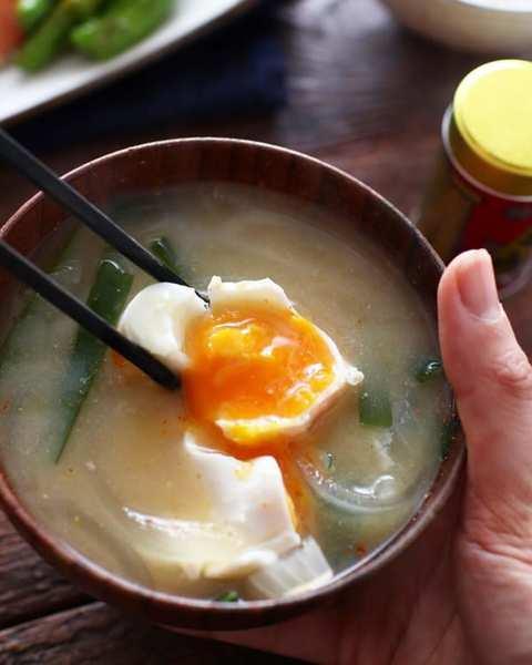 落とし卵のニラ玉味噌汁