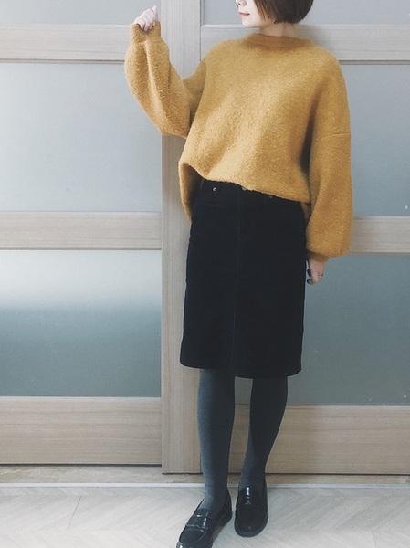 無印良品黒スカート×黄色ニットコーデ