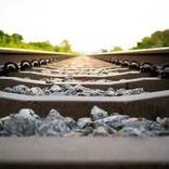 鉄道の線路に大量の石があるのはなぜ?【トリビア】