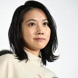 松本穂香は「国民的女優になる人」監督の愛を受けて熱い抱擁