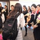 JAL、14回目の「ピンクリボンフライト」 修学旅行生らに乳がんの知識啓発