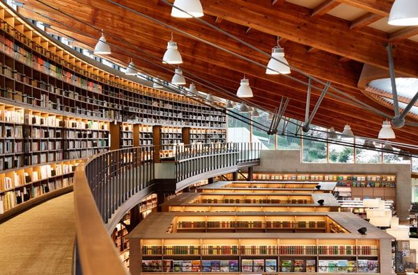 おしゃれな「図書館」武雄市図書館