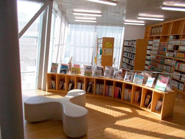 おしゃれな「図書館」仲町図書館