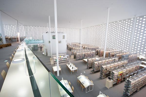 おしゃれな「図書館」金沢海みらい図書館