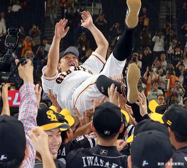 【プロ野球日本シリーズ巨人対ソフトバンク第4戦】ソフトバンクの選手たちに胴上げされる巨人・阿部慎之助=東京ドーム