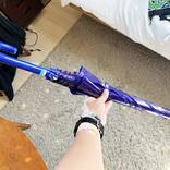 西友で買った「ブルーのビニール傘(470円)」をさして雨の日の地面を見たら芸術作品のようだった