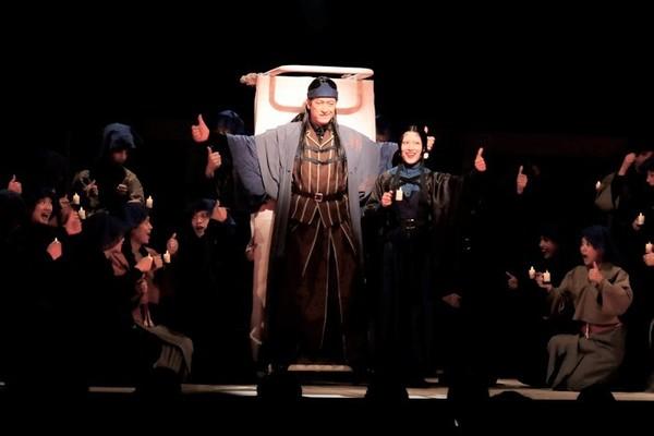 NODA・MAP『Q』: A Night At The Kabuki より。 【撮影】福岡諒祠