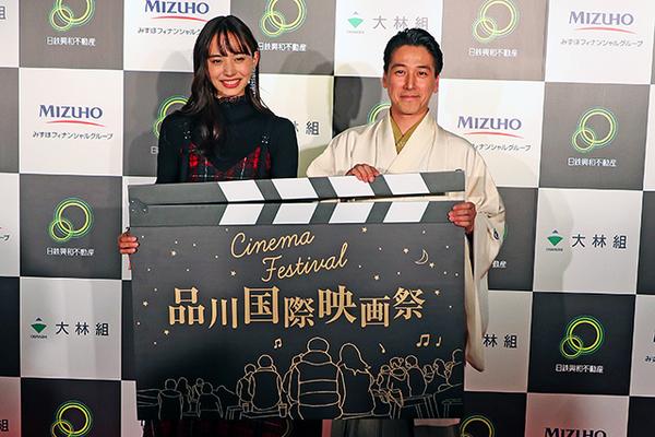 狂言師の和泉元彌さんと女優の井桁弘恵さんによるイルミネーション点灯式