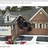 ポルシェが宙を飛び建物2階に突っ込む 運転手と同乗者が死亡(米)