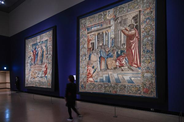 ともにラファエロ・サンツィオ(カルトン)、ヤーコブ・フーベルス(父)の工房(織成)《《アナニアの死》、連作〈聖ペテロと聖パウロの生涯〉より》(左)、《《アテネにおける聖パウロの説教》、連作〈聖ペテロと聖パウロの生涯〉より》(右) ともにブリュッセル、1600年頃 ウィーン美術史美術館
