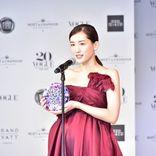 綾瀬はるか、美デコルテ際立つ深紅のドレスで息飲む美しさ