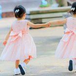 「世界一美しい」有名な双子姉妹 父親が急性リンパ性白血病で笑顔が消える