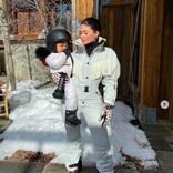 カイリー・ジェンナー、スノボ初挑戦の愛娘の姿に「可愛すぎて、どうしよう」