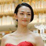 冨永愛、大胆ドレス姿を披露 初めてのシャンパンタワーにニッコリ