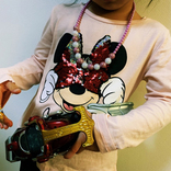 水嶋ヒロ『仮面ライダーカブト』変身ベルトで愛娘が遊ぶ