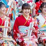"""HKT48田島芽瑠ら、AKB48グループ新成人で振袖姿を披露 """"令和出発世代""""42名が出席"""