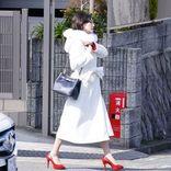 広末涼子、胸元が大きく開いた真っ赤なドレス着こなすホステス姿を披露