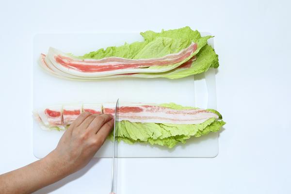 白菜と豚肉を切るところ