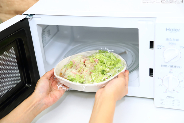 耐熱皿を電子レンジに入れるところ