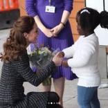 キャサリン妃、小児病院訪問のためサファイアの婚約指輪を外す