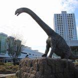 """恐竜壁画に動く巨大恐竜像…まるで""""ジュラシックパーク""""な駅に行ってみた"""