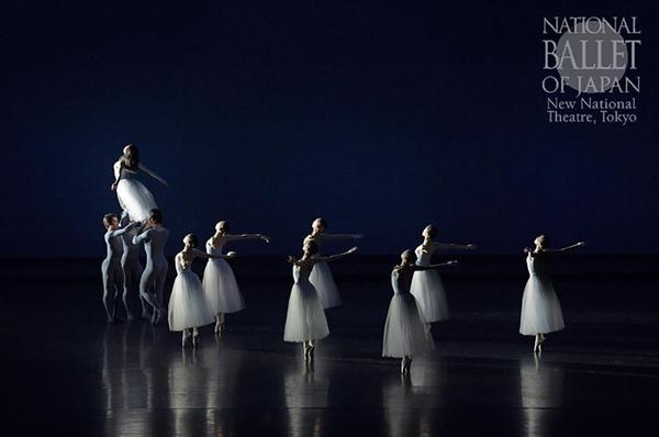 『セレナーデ』(撮影:鹿摩隆司/写真提供:新国立劇場)(C) The George Balanchine Trust