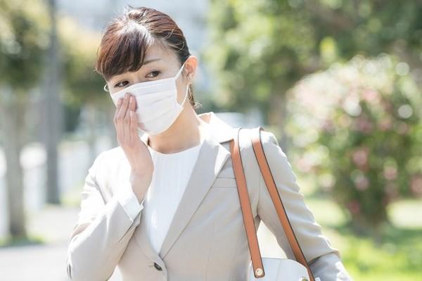 しっかりと顔を覆っていても、マスクの生地の穴は意外と大きいです。花粉や口から出たばかりの飛沫は防げますが、ウイルスや菌にはほとんど効果がありません。