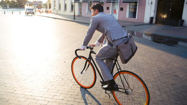 自転車に乗って通勤する男性