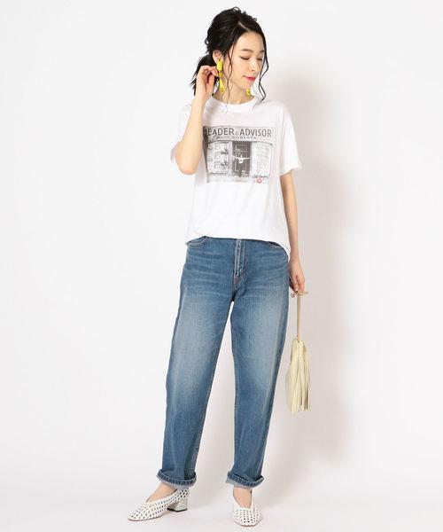 プリントTシャツ×デニムパンツ
