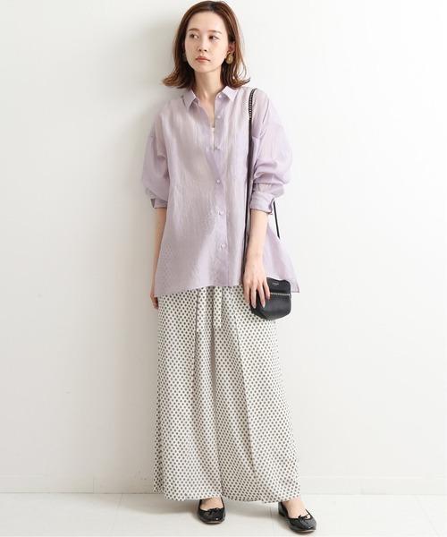 パープルシアーシャツ×柄ワイドパンツ