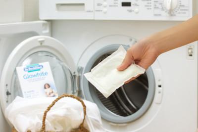 白い衣類だけを入れた洗濯機に1袋入れて洗うだけ、と使い方も簡単なグローホワイト