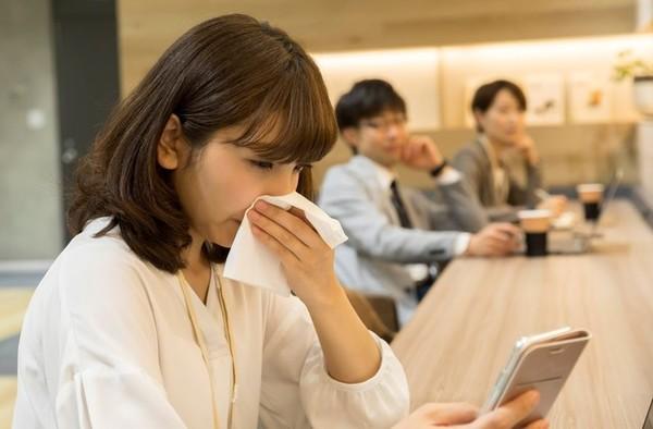 感染症の感染経路は、飛沫感染・空気感染・接触感染など様々。ウイルス・菌の感染経路と感染力を失うまでの時間について解説します。