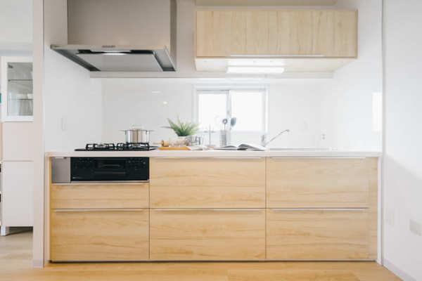 明るい木目調のキッチン