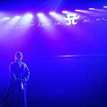 浜崎あゆみ、ロゴを背景にした姿公開&心境告白に反響「泣きそう」「カッコいい」