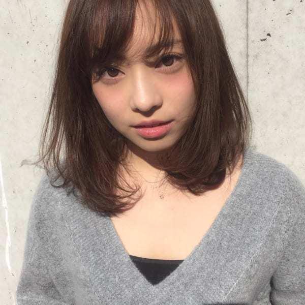 丸顔×前髪ありミディアム×ワンカールスタイル