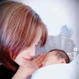 """第2子出産の鈴木亜美、次男との退院報告2ショットと""""初兄弟写真""""公開に反響「かわいい2人」"""
