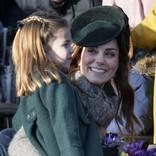 キャサリン妃、花の香りをかぐシャーロット王女の姿に親としての喜びを実感