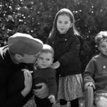 """""""子煩悩パパ""""のウィリアム王子、休暇中は子供達と一緒に子羊の世話"""